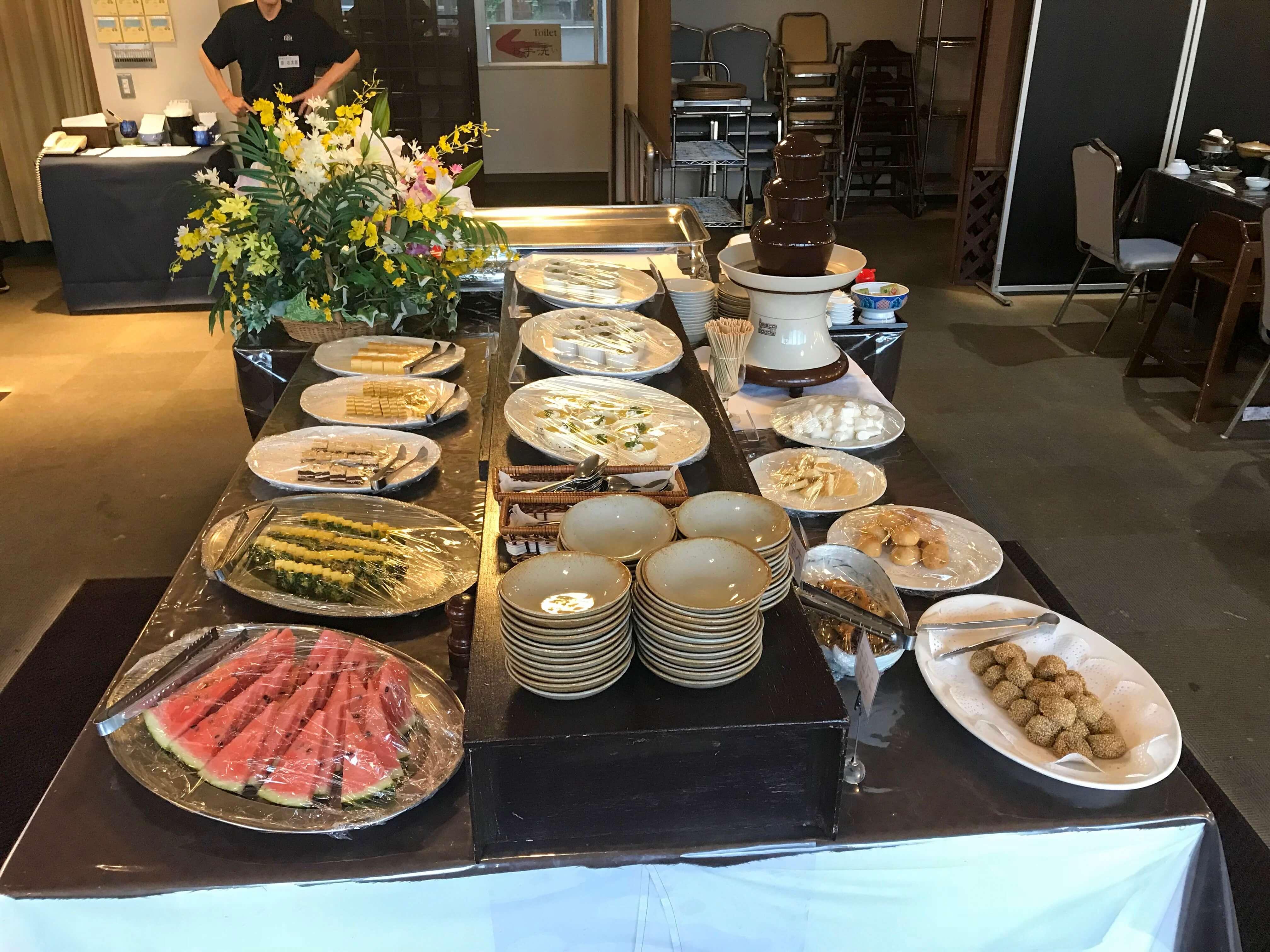 リゾートバイトで料理を並べるのを説明した画像