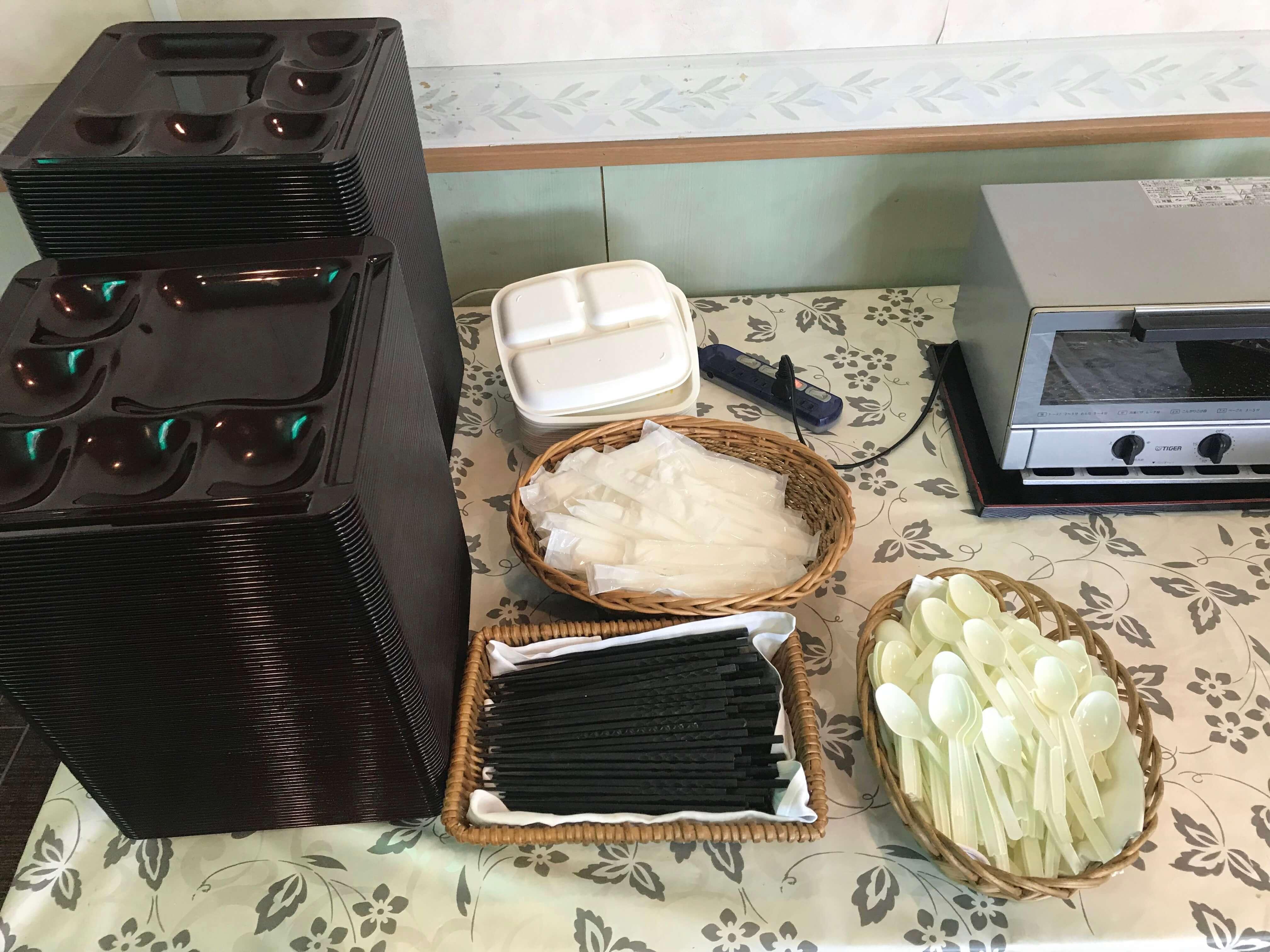 リゾートバイトで食器を並べるのを説明した画像