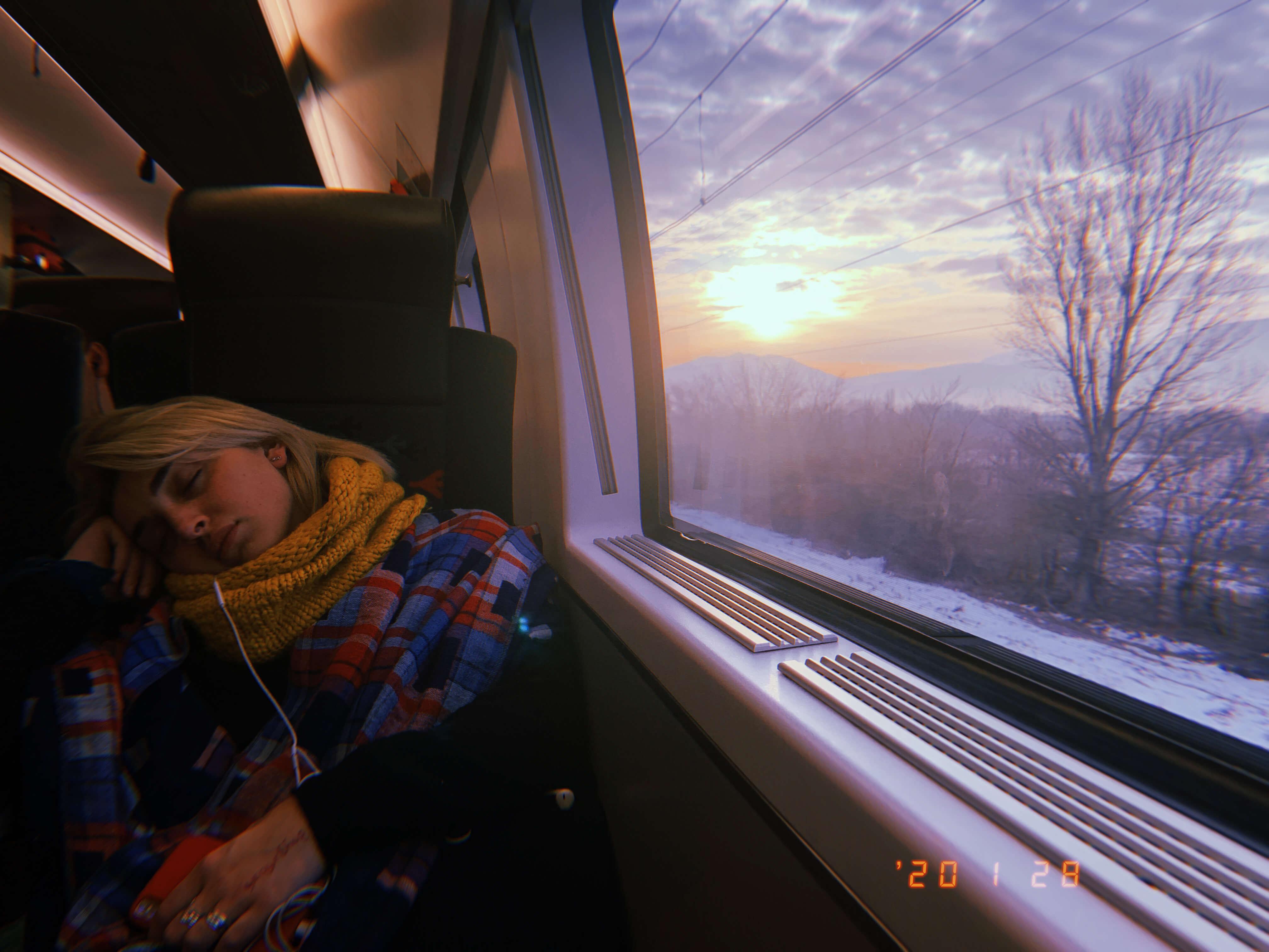 列車の中で寝ている女性